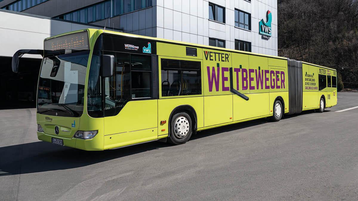 Einsteigen und die Welt bewegen! Gelenkbus der VWS strahlt in neuem VETTER Design